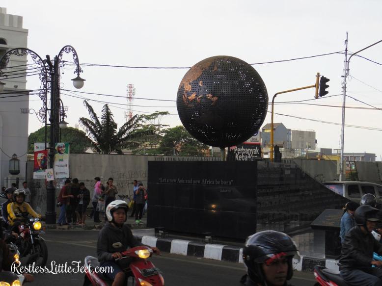 Monumen KAA Bandung difoto dari Bus Bandros.
